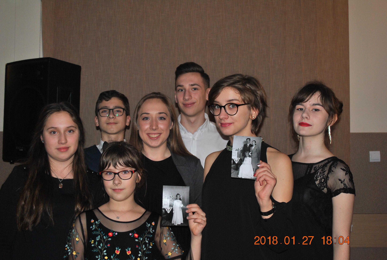 Zdjęcie wnucząt i prawnucząt ze zdjęciami które odnaleziono i przekazano dzięki naszej pasji :)
